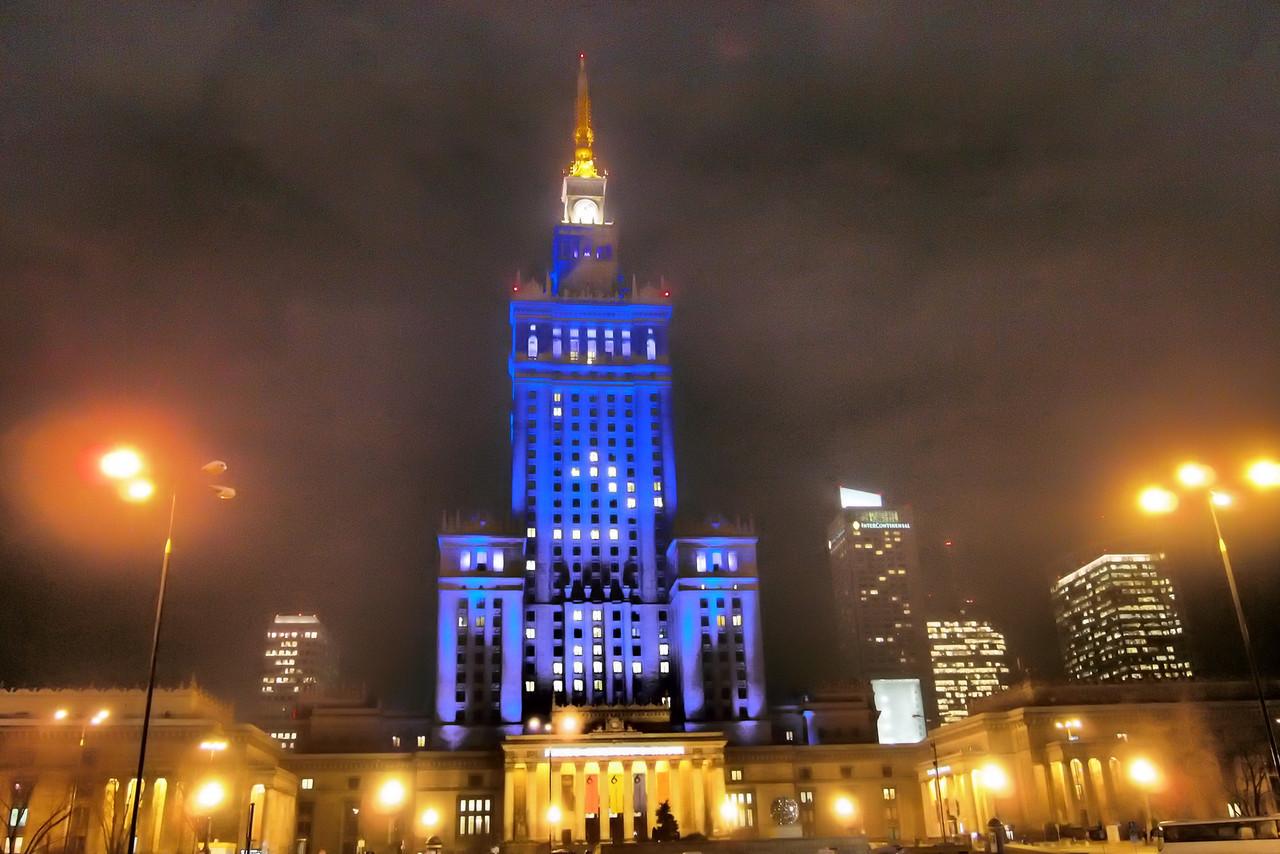 Varsovan-Kulttuuripalatsi-yöllä