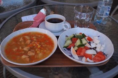 Päivän lounas: kanakeittoa ja salaattibuffet.