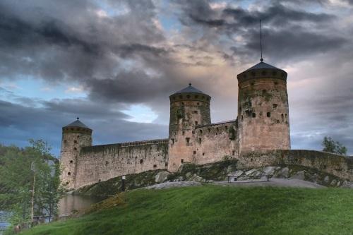 Olavinlinnaa alettiin rakentaa vuonna 1475. Linnan perusti tanskalaissyntyinen ritari Erik Akselinpoika Tott.