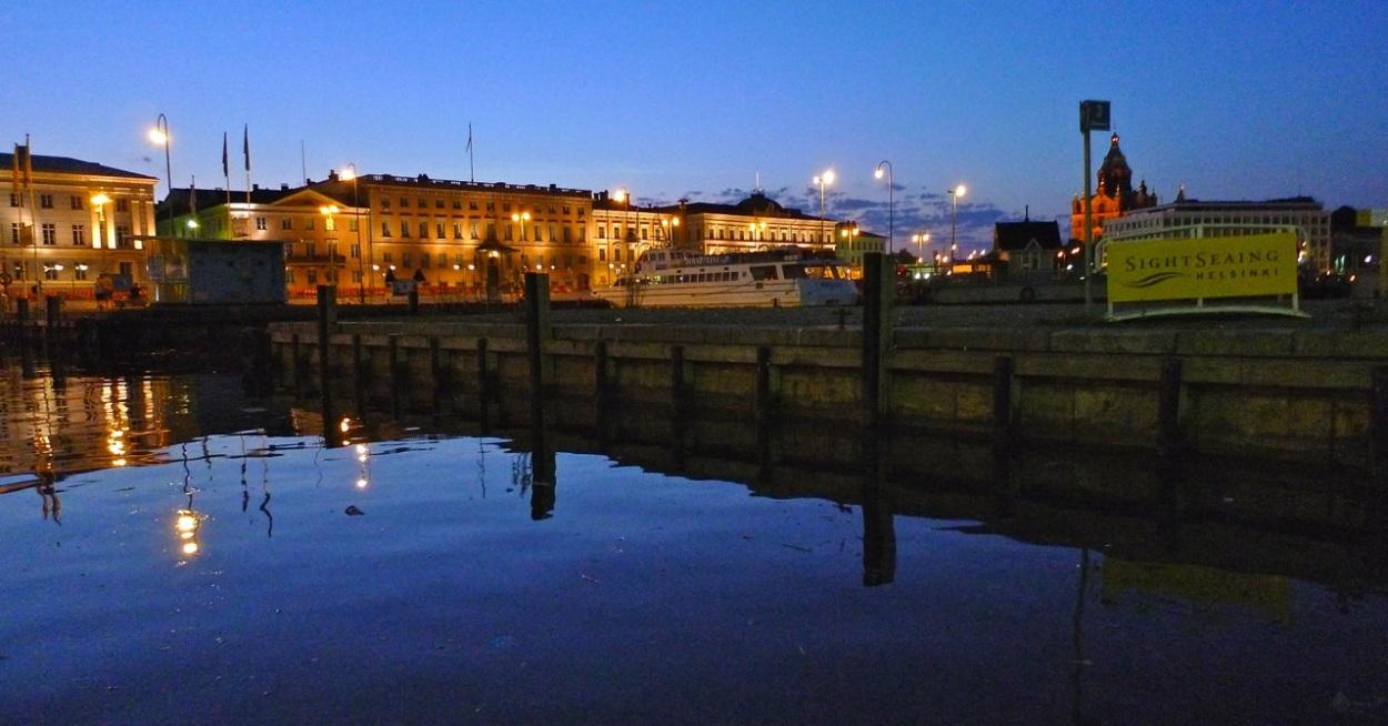 Helsinki-Kauppatori-ja-Uspenski-yöllä