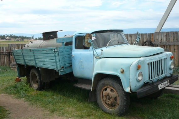 Tällä autolla noudettiin käyttö- ja juomavesi suoraan Baikaljärvestä. Baikalin vesi on juomakelpoista.