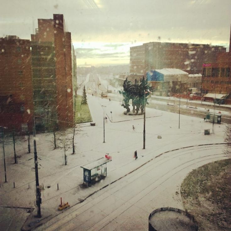 Näkymä työpaikkani ikkunasta kohti Lauttasaarta.