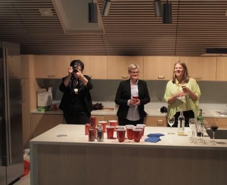Tilaisuuden järjestäjät, 50 State Puzzle -blogin Kirsi (keskellä) ja Ulla (oikealla).